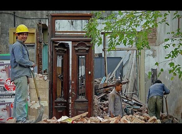 """Obreros demoliendo edificio en la """"Ya no tan misteriosa, Buenos Aires"""" Foto:Rodrigo Ruiz Ciancia"""