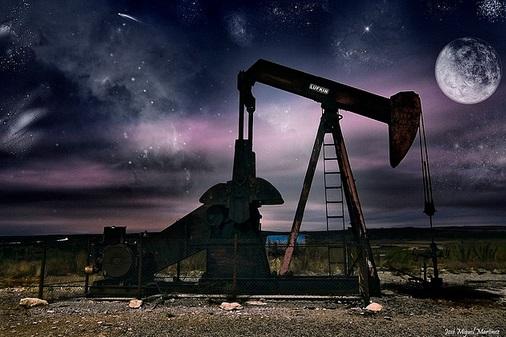 """""""En busca del oro Negro"""".Visión futurista del campo petrolífero de la Lora (Burgos),Kdd nocturna del grupo """"Cantabria Nocturna"""". Foto  José Miguel (www.josemiguelmartinez.es)"""