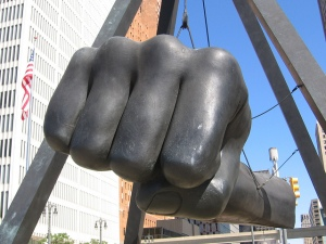 """Monumento dedicado al boxeador negro norteamericano Joseph Louis Barrows (13 de mayo de 1914 – 12 de abril de 1981) conocido como el """"bombardero de Detroit"""". Foto publicada en la galería: """"Unique Day Tours in over 100 cities"""""""