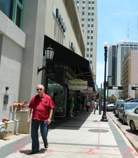 Hombre de la tercera edad camina por las calles del Downtown Miami . Foto: Carlos M. Estefanía
