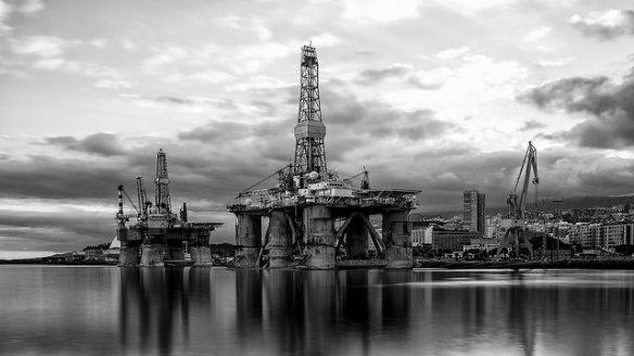 Plataformas petroleras en  el puerto de Santa Cruz de Tenerife, Canarias. La foto fue tomada el 20 de septiembre de 2014 por  Santiago Atienza