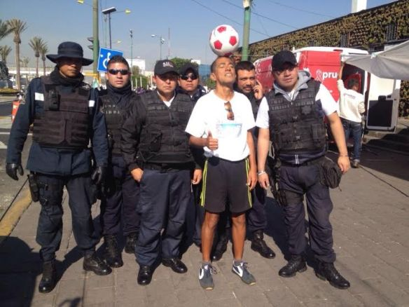 Juan Marquez Nieto se tomó la foto de la salida con los policías que lo custodiaron durante la jornada hacia la Delegación GAM. El balón en la cabeza para llamar la atención por una alianza ciudadanía-gobierno para devolver la tranquilidad al país.