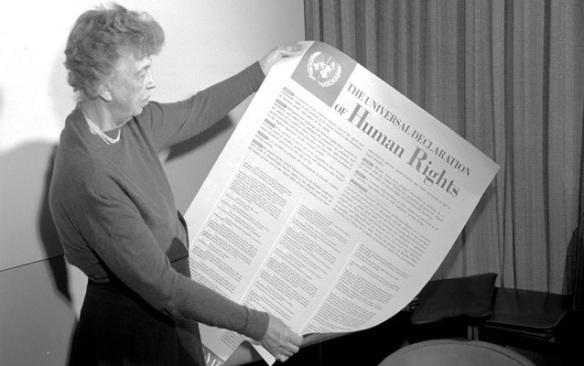Eleanor Roosvelt sosteniendo un periódico