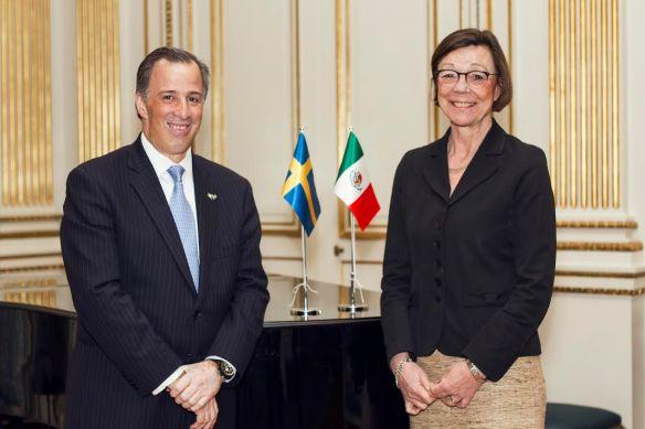 El canciller José Antonio Meade con la viceministra de Asuntos Exteriores de Suecia, Annika Söder.