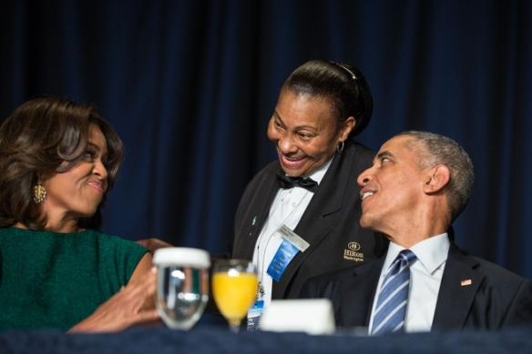 El presidente Barack Obama y la primera dama Michelle Obama interactuan con la camarera Kitty Casey durante el Desayuno Nacional de Oración en el Washington Hilton en Washington , DC , 05 de febrero de 2015.  Foto oficial de la Casa Blanca tomada  por Pete Souza