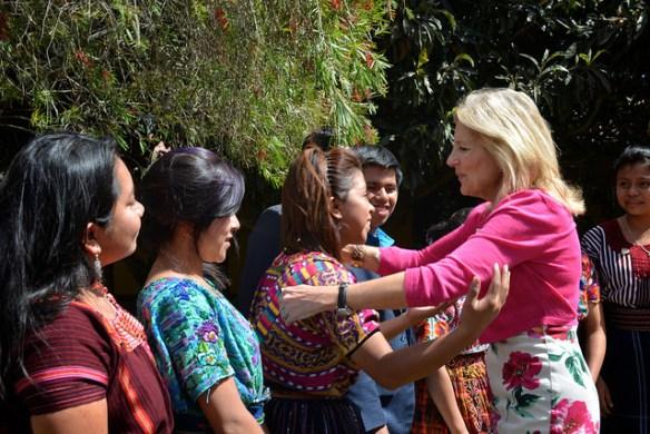 Guatemala, 3 de marzo de 2015, Jill Tracy Jacobs, esposa del vicepresidente de los Estados Unidos Joe Biden y la segunda dama de Estados Unidos se abraza con líderes indígenas del Parlamento Guatemalteco para la niñez y la adolescencia. Foto: US Embassy Guatemala