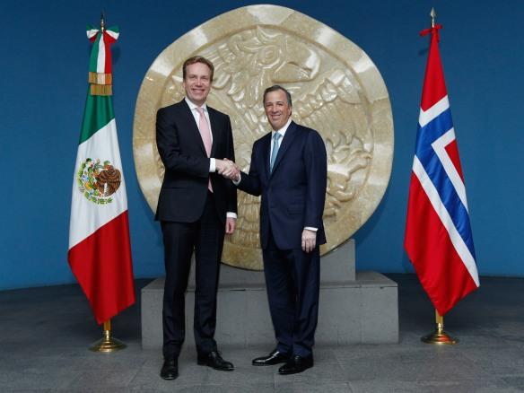 Canciller José Antonio Meade ((derecha) y el ministro de Asuntos Exteriores de Noruega, Børge Brende