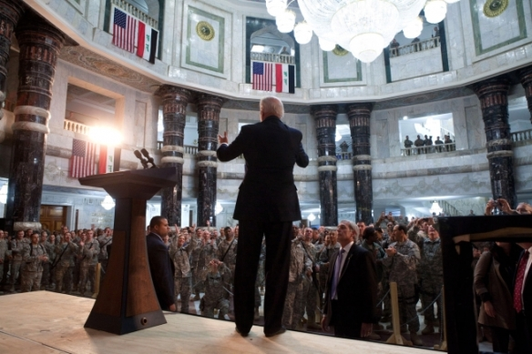 Irak, 13 de enero de 2011. El vicepresidente Joe Biden se dirige a las tropas estadounidenses en el interior del  Palacio Al- Faw, en Camp Victory , situado cerca de Bagdad.Foto oficial de La Casa Blanca tomada por David Lienemann.